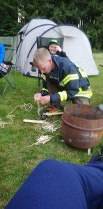 Feuer machen bei der Feuerwehr mit Feuerstahl
