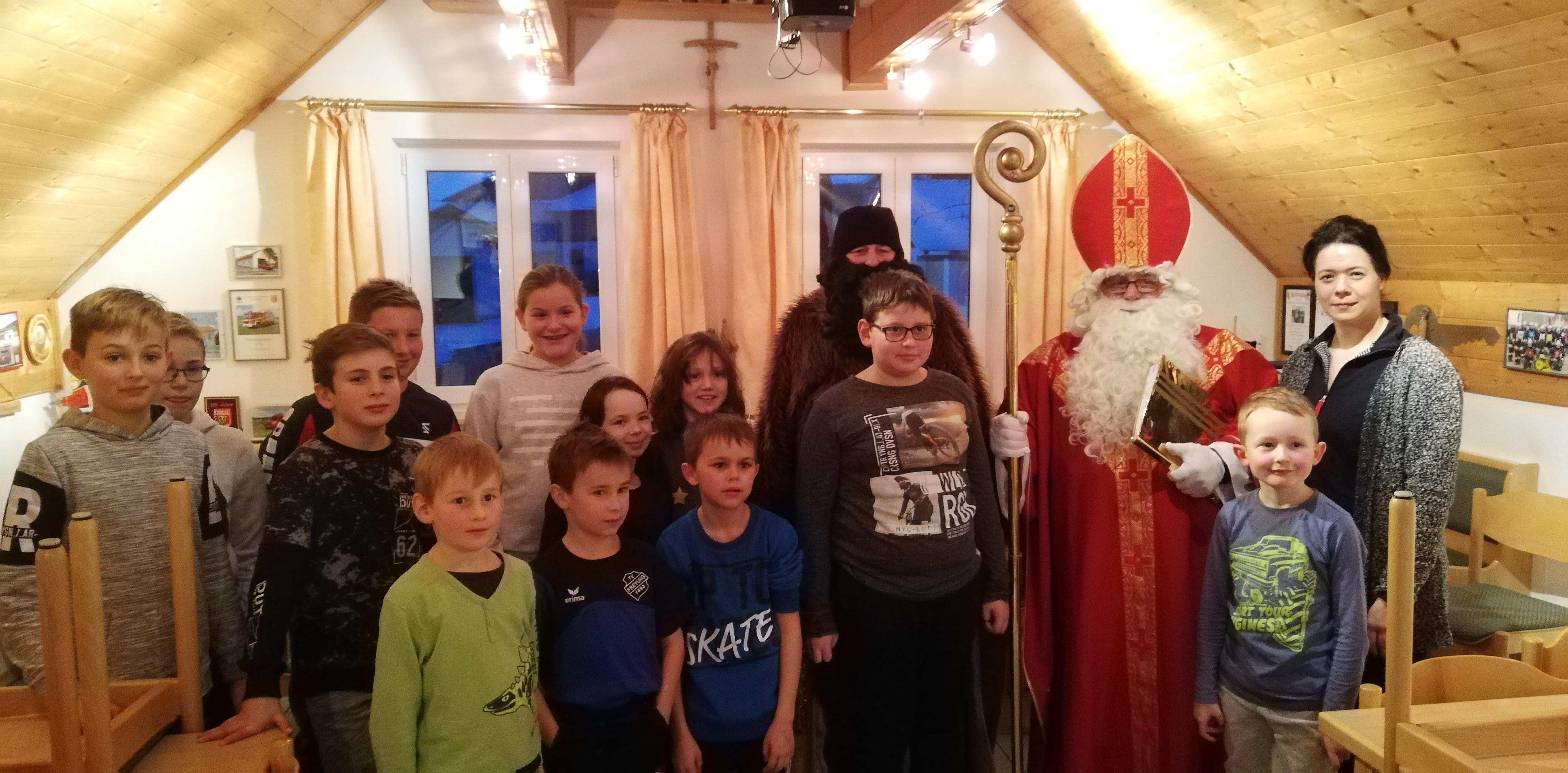Kinderfeuerwehr - Gruppenbild zusammen mit dem Nikolaus und dem Krampus