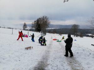 Kinderfeuerwehr - Schlittenfahren und Schneeballschlacht