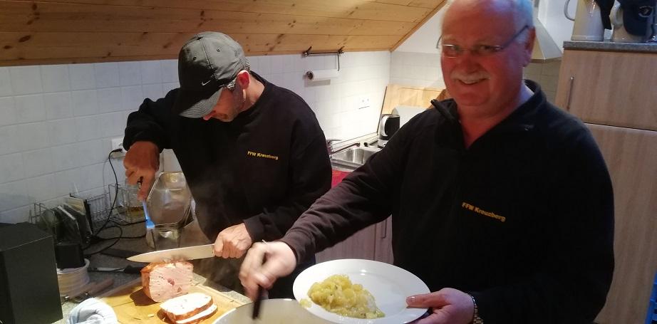Gemeinschaftsübung - Bierhütte/Kreuzberg - Köche bei der Arbeit