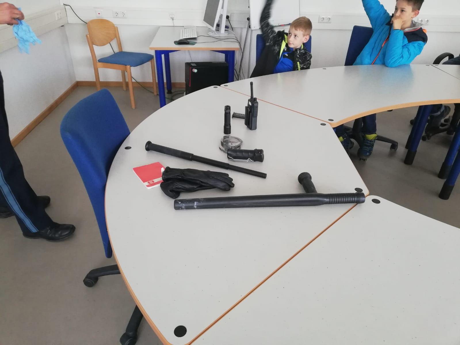 Kinderfeuerwehr – Ausrüstung der Polizei