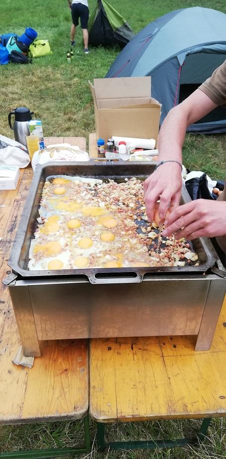 Jugendzeltlager 2019 - Spiegelei mit Speck zum Frühstück