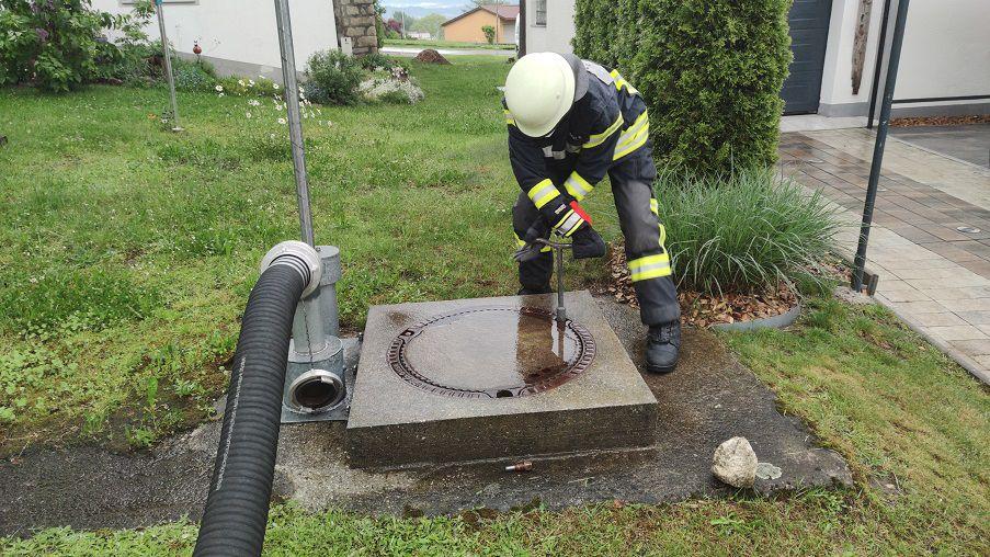FF Kreuzberg - Öffnen des Löschwasserbehälters zur Kontrolle