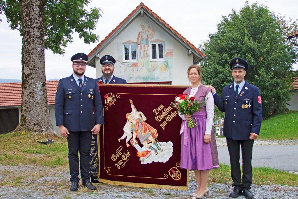 FF Kreuzberg - Fahnenmutterbitten - Fahne zusammen mit der Fahnenmutter und den Fahnenjunkern