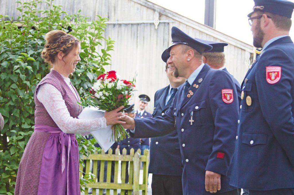 FF Kreuzberg - Fahnenmutterbitten - Zweiter Vorstand übergibt Blumen